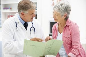 Foto de um profissional de saúde em consulta ao paciente