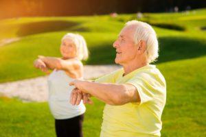 Foto casal de idosos fazendo exercício físico