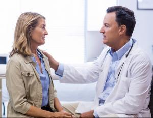 paciente recebendo diagnóstico de doença crônica