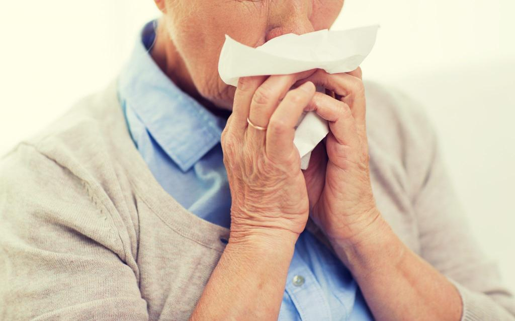 Idoso gripado, precisando de vacinas