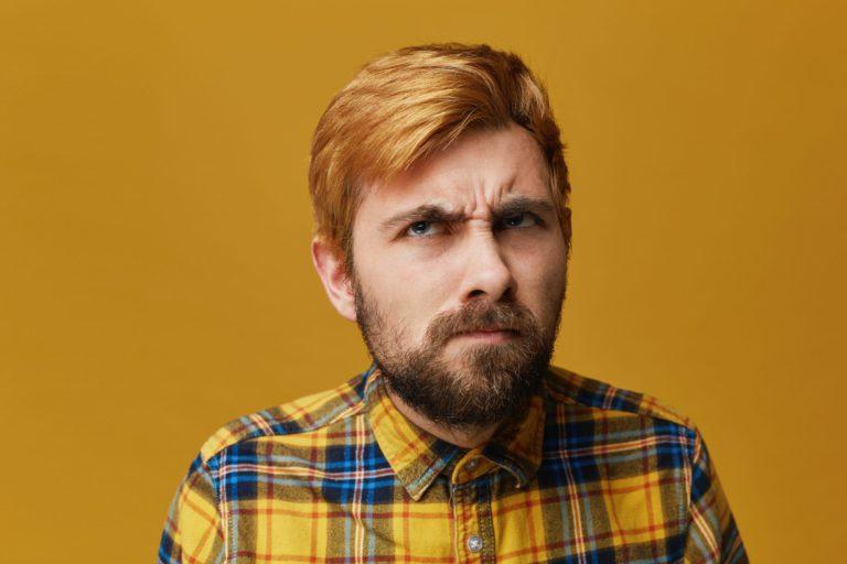 Retrato de rapaz confuso ao ouvir a palavra gerontologia