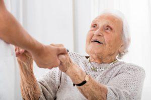 Senhora com Parkinson recebe ajuda
