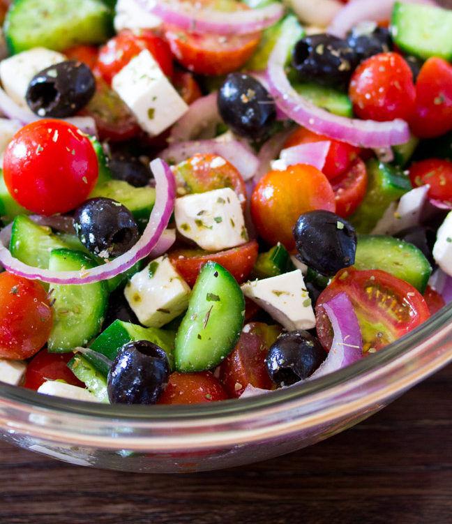 salada saudavel com frutas legumes e folhas