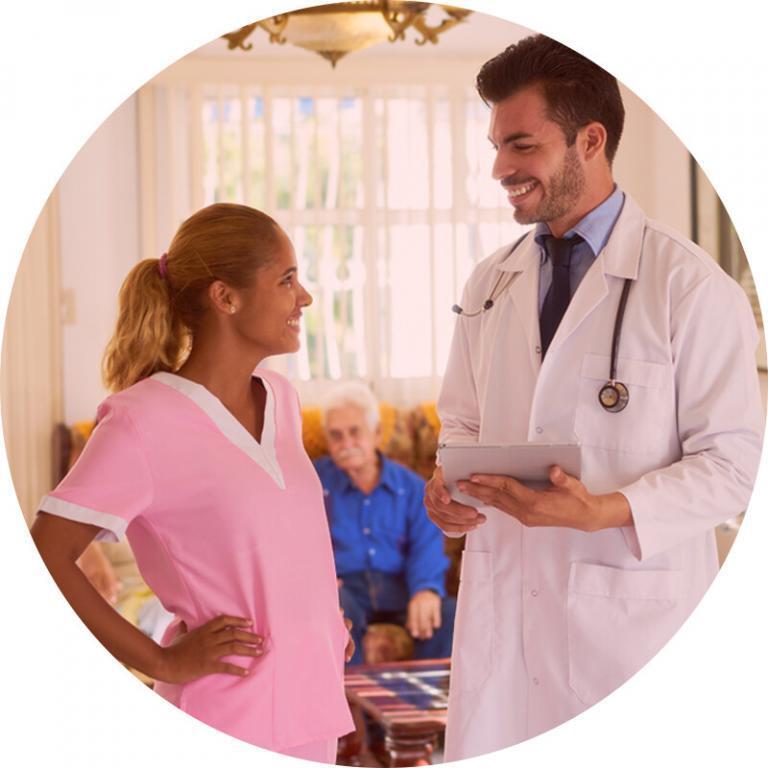 Imagem de geriatra e de enfermeira, cuidando de idosos em casa de repouso, usada na página da Gero360