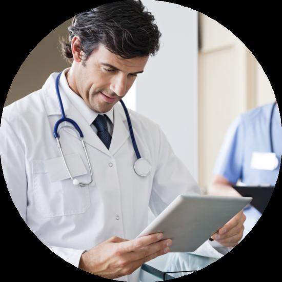 Médico usando o Gero360 para ILPI no tablet